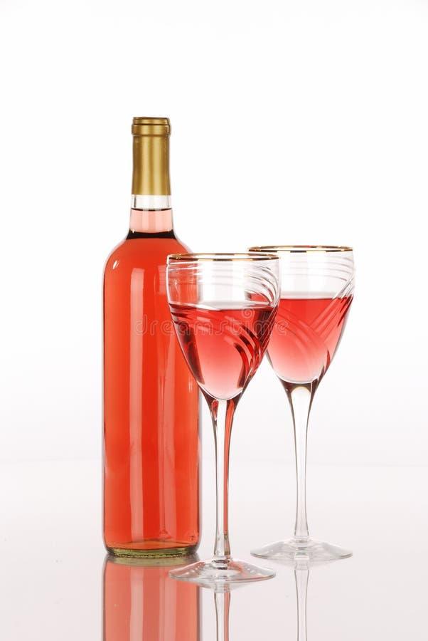 Witte zinfandel wijnfles met twee glazen stock foto