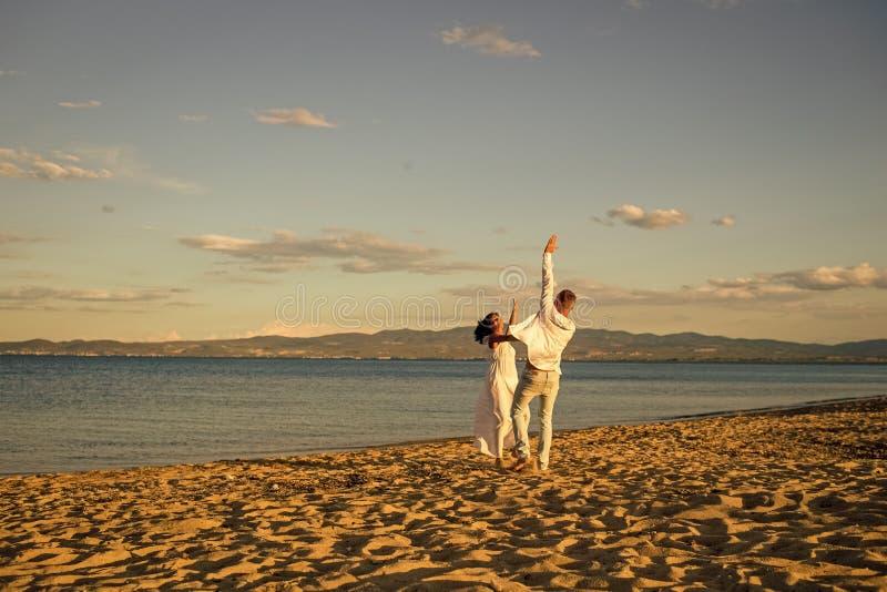 Wittebroodsweken, enkel gehuwd concept Man en de vrouw die, koppelen gelukkig op vakantie de dansen Paar in liefde die op strand  royalty-vrije stock foto's
