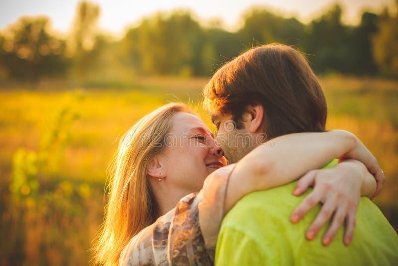 Wittebroodswekenpaar romantisch in liefde bij gebied en bomenzonsondergang Jonggehuwde gelukkig jong paar die genietend van aard  royalty-vrije stock afbeeldingen