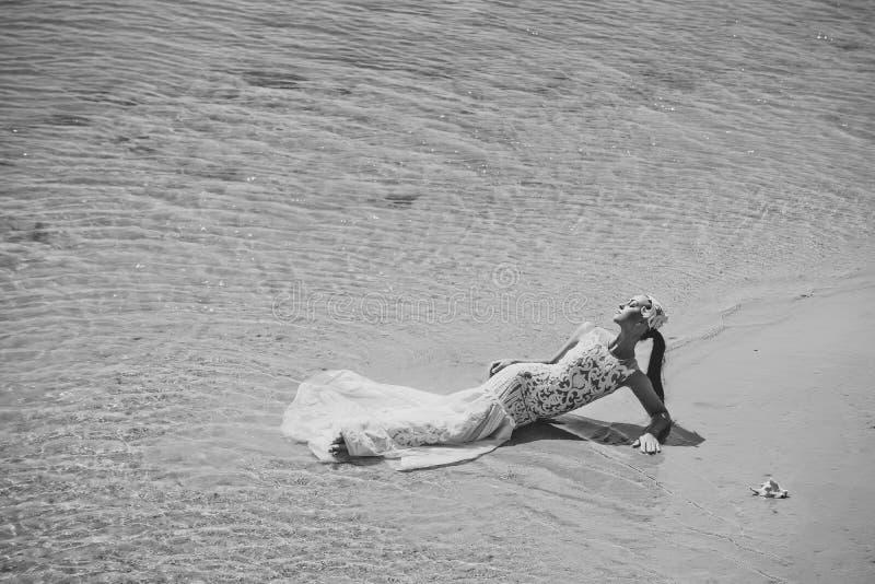 Wittebroodswekenreis Vrouw die op overzees strand liggen royalty-vrije stock afbeeldingen