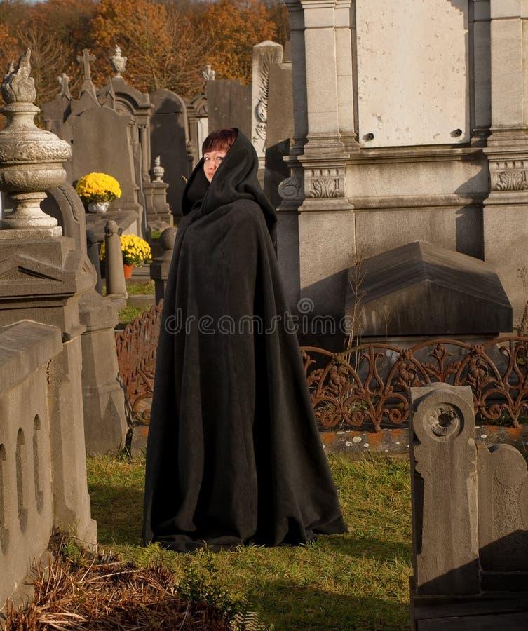 Witwe im schwarzen Umhang lizenzfreie stockbilder