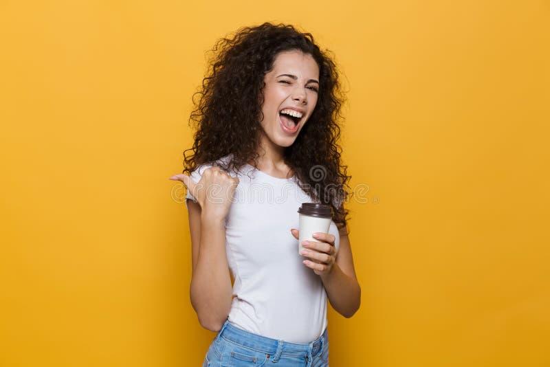 Wizerunek ładna młoda kobieta 20s z kędzierzawy włosy ono uśmiecha się, chwytem i zdjęcia royalty free