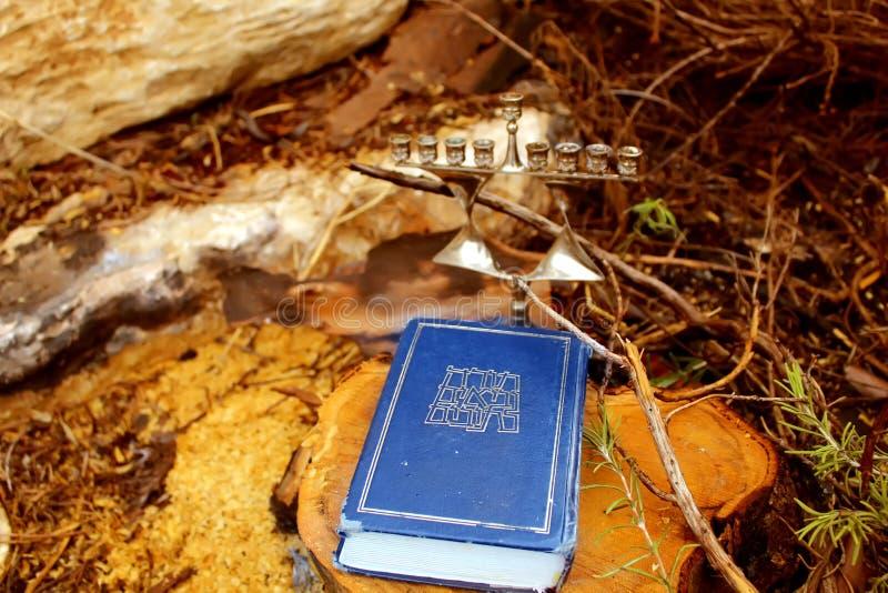 Wizerunek żydowski wakacyjny Hanukkah Hebrajska biblia Tanakh Torah, Neviim, Ketuvim i Żydowski candlestick Menorah, obrazy stock