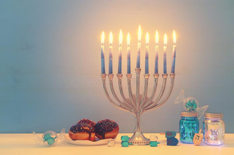 wizerunek żydowski wakacyjny Hanukkah tło z menorah & x28; tradycyjny candelabra& x29; obrazy royalty free