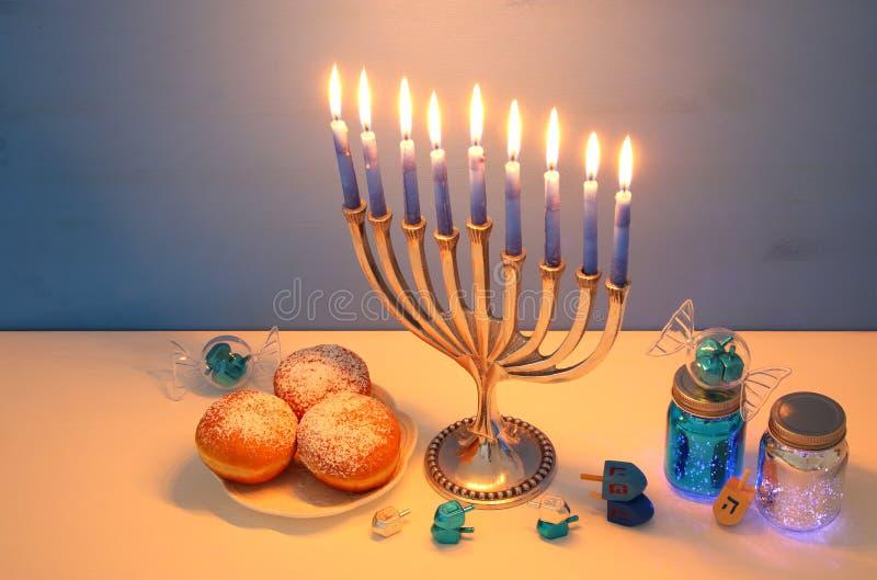 wizerunek żydowski wakacyjny Hanukkah tło z menorah & x28; tradycyjny candelabra& x29; fotografia royalty free