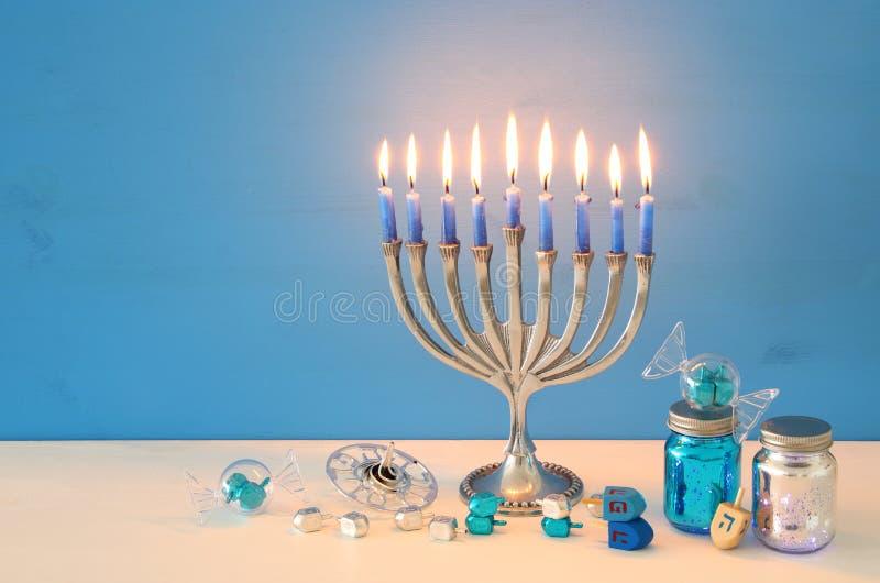 wizerunek żydowski wakacyjny Hanukkah tło z menorah & x28; tradycyjny candelabra& x29; obraz royalty free