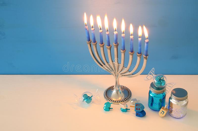 wizerunek żydowski wakacyjny Hanukkah tło z menorah & x28; tradycyjny candelabra& x29; zdjęcie stock