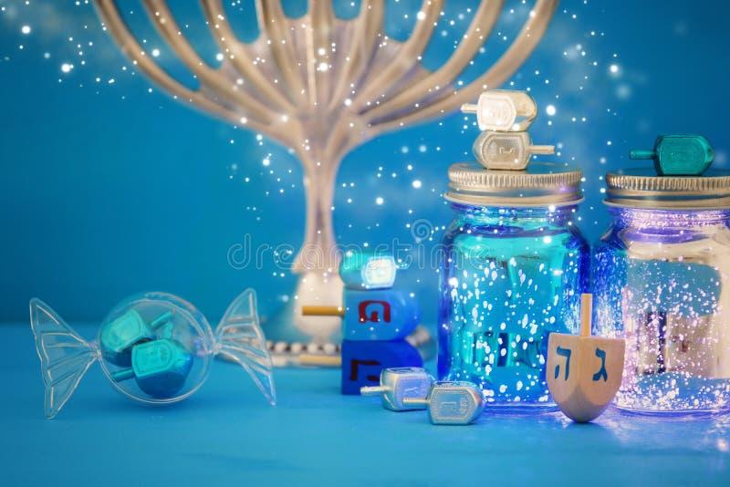 wizerunek żydowski wakacyjny Hanukkah tło z menorah & x28; tradycyjny candelabra& x29; obraz stock
