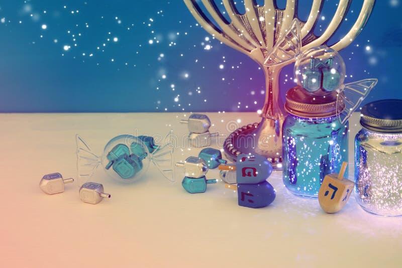 wizerunek żydowski wakacyjny Hanukkah tło z menorah & x28; tradycyjny candelabra& x29; obrazy stock