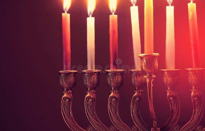 Wizerunek żydowski wakacyjny Hanukkah tło z menorah & x28; tradycyjny candelabra& x29; i świeczki obrazy royalty free