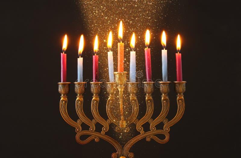 Wizerunek żydowski wakacyjny Hanukkah tło z menorah & x28; tradycyjny candelabra& x29; i świeczki obraz royalty free