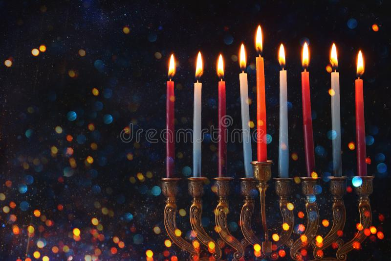 Wizerunek żydowski wakacyjny Hanukkah tło z menorah & x28; tradycyjny candelabra& x29; i świeczki obrazy stock