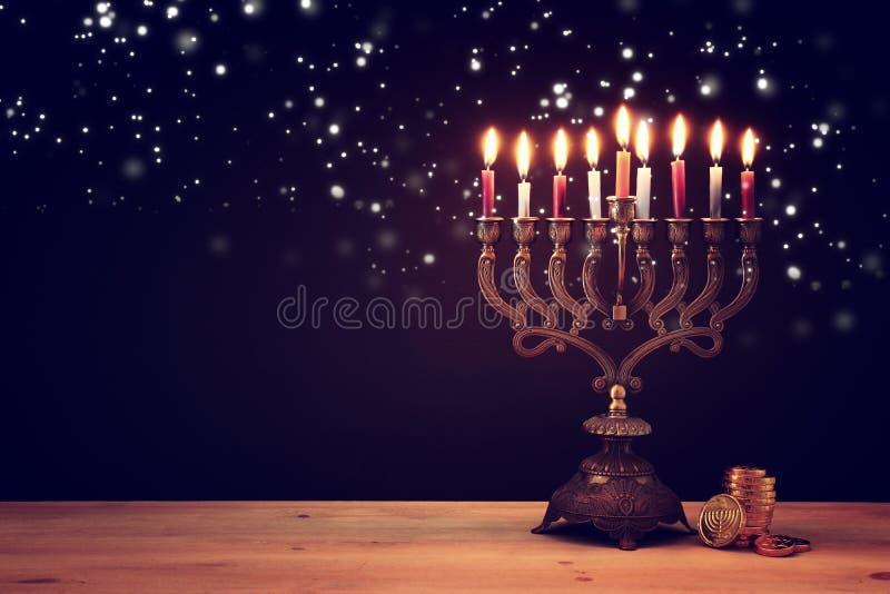 Wizerunek żydowski wakacyjny Hanukkah tło z menorah & x28; tradycyjny candelabra& x29; i świeczki fotografia stock