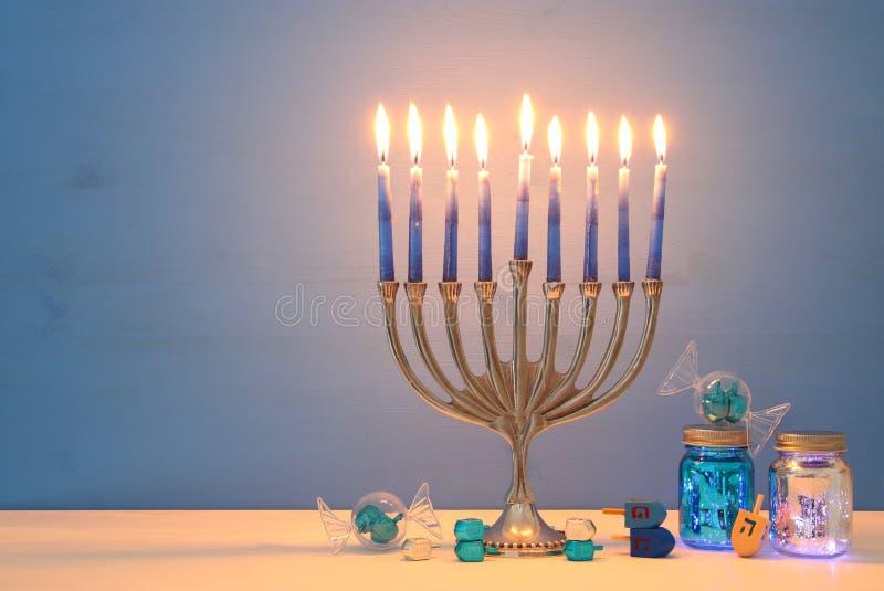 Wizerunek żydowski wakacyjny Hanukkah tło z menorah & x28; tradycyjny candelabra& x29; i świeczki zdjęcia royalty free