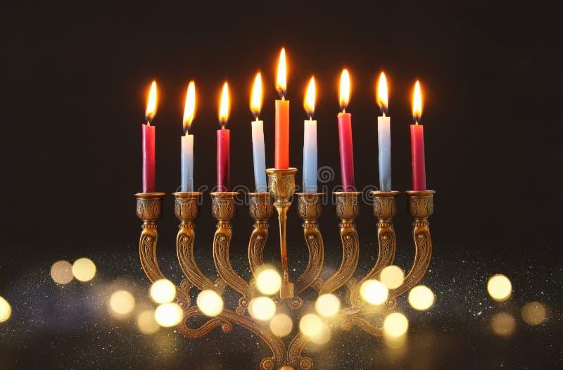 Wizerunek żydowski wakacyjny Hanukkah tło z menorah & x28; tradycyjny candelabra& x29; i świeczki zdjęcie royalty free