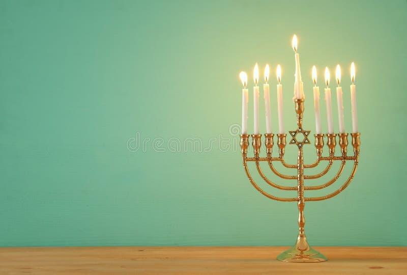 Wizerunek żydowski wakacyjny Hanukkah tło z menorah & x28; tradycyjny candelabra& x29; i świeczki obraz stock