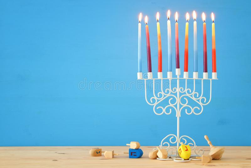wizerunek żydowski wakacyjny Hanukkah tło z menorah & x28; tradycyjny candelabra& x29; i kolorowe świeczki obraz stock