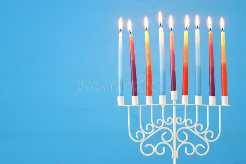 wizerunek żydowski wakacyjny Hanukkah tło z menorah & x28; tradycyjny candelabra& x29; i kolorowe świeczki obrazy royalty free
