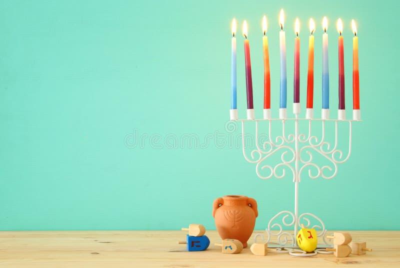 wizerunek żydowski wakacyjny Hanukkah tło z menorah & x28; tradycyjny candelabra& x29; i kolorowe świeczki obraz royalty free