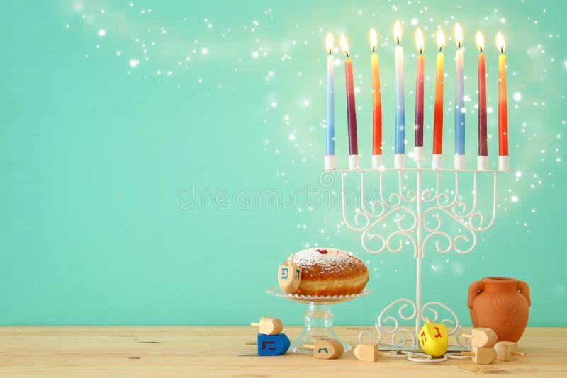 wizerunek żydowski wakacyjny Hanukkah tło z menorah & x28; tradycyjny candelabra& x29; i kolorowe świeczki fotografia stock