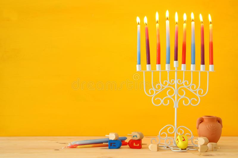 wizerunek żydowski wakacyjny Hanukkah tło z menorah & x28; tradycyjny candelabra& x29; i kolorowe świeczki zdjęcie royalty free