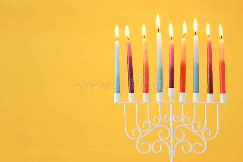 wizerunek żydowski wakacyjny Hanukkah tło z menorah & x28; tradycyjny candelabra& x29; i kolorowe świeczki obrazy stock