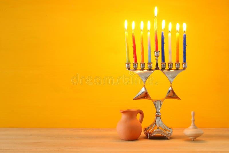 Wizerunek żydowski wakacyjny Hanukkah tło z menorah & x28; tradycyjny candelabra& x29; i palący świeczkę zdjęcia stock