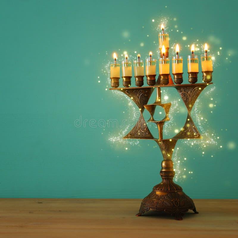 Wizerunek żydowski wakacyjny Hanukkah tło z menorah & x28; tradycyjny candelabra& x29; i palący świeczkę zdjęcie stock
