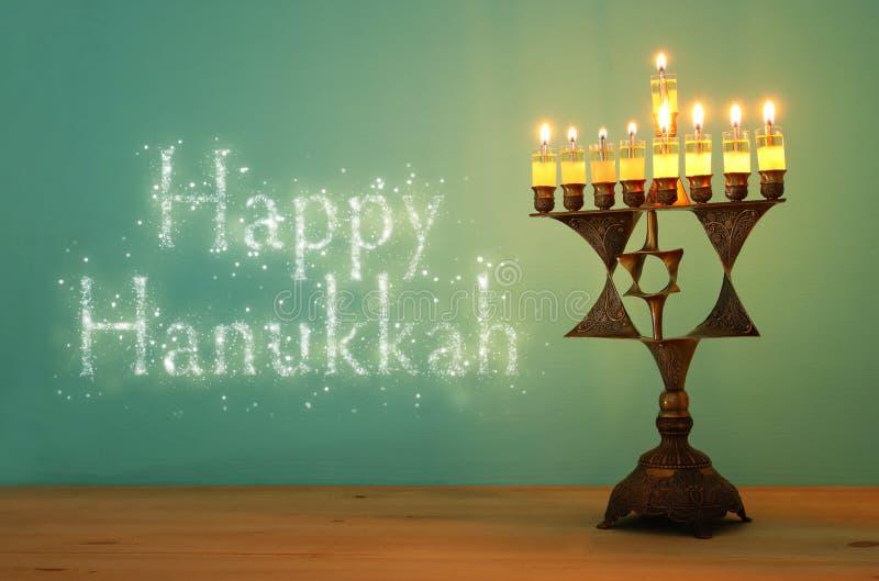 Wizerunek żydowski wakacyjny Hanukkah tło z menorah & x28; tradycyjny candelabra& x29; i palący świeczkę fotografia royalty free