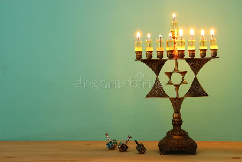 Wizerunek żydowski wakacyjny Hanukkah tło z menorah & x28; tradycyjny candelabra& x29; i palący świeczkę obraz royalty free