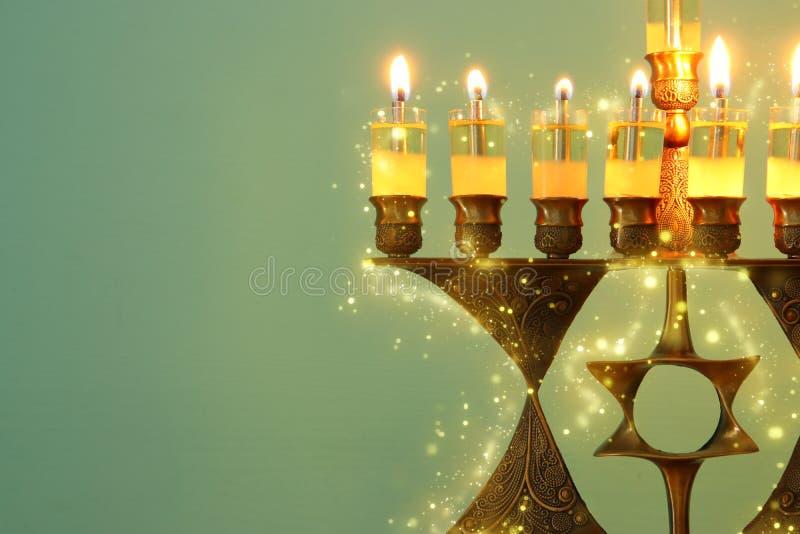 Wizerunek żydowski wakacyjny Hanukkah tło z menorah & x28; tradycyjny candelabra& x29; i palący świeczkę fotografia stock