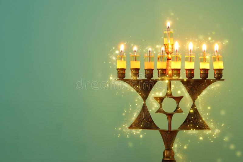 Wizerunek żydowski wakacyjny Hanukkah tło z menorah & x28; tradycyjny candelabra& x29; i palący świeczkę zdjęcia royalty free