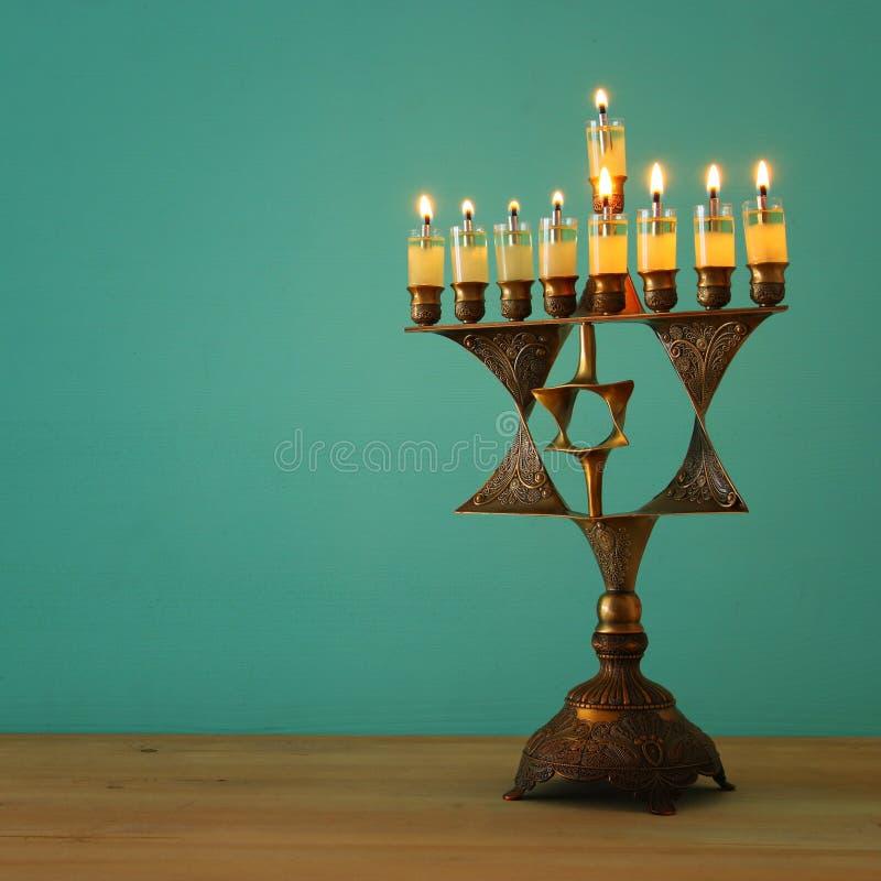 Wizerunek żydowski wakacyjny Hanukkah tło z menorah & x28; tradycyjny candelabra& x29; i palący świeczkę obrazy royalty free
