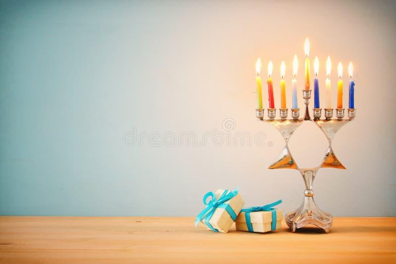 wizerunek żydowski wakacyjny Hanukkah tło z tradycyjnym menorah & x28; tradycyjny candelabra& x29; i palący świeczkę zdjęcie royalty free