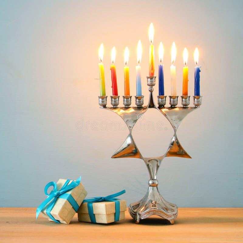 wizerunek żydowski wakacyjny Hanukkah tło z tradycyjnym menorah & x28; tradycyjny candelabra& x29; i palący świeczkę fotografia royalty free