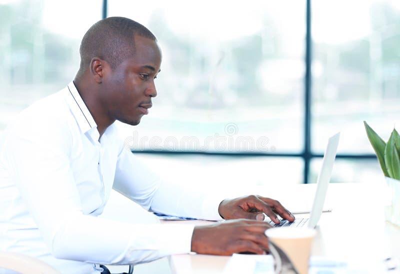 Wizerunek amerykanina afrykańskiego pochodzenia biznesmen zdjęcia royalty free