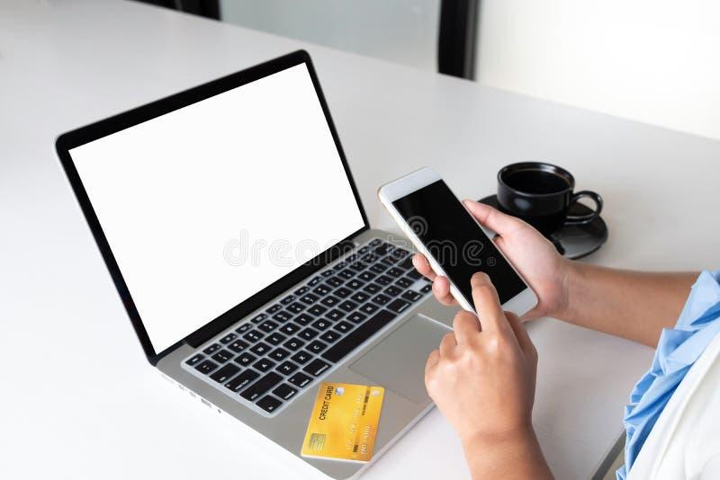 Wizerunek biznesowej kobiety lidera mienia biurowa karta kredytowa i używać laptop dla online zakupy fotografia royalty free