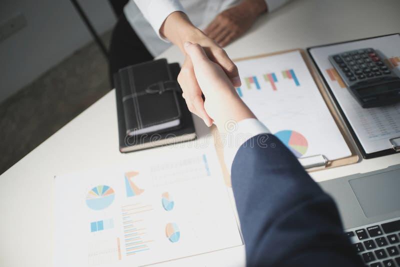 Wizerunek biznesowy obsługuje uścisk dłoni Biznesowy partnerstwa spotkania succ obrazy royalty free