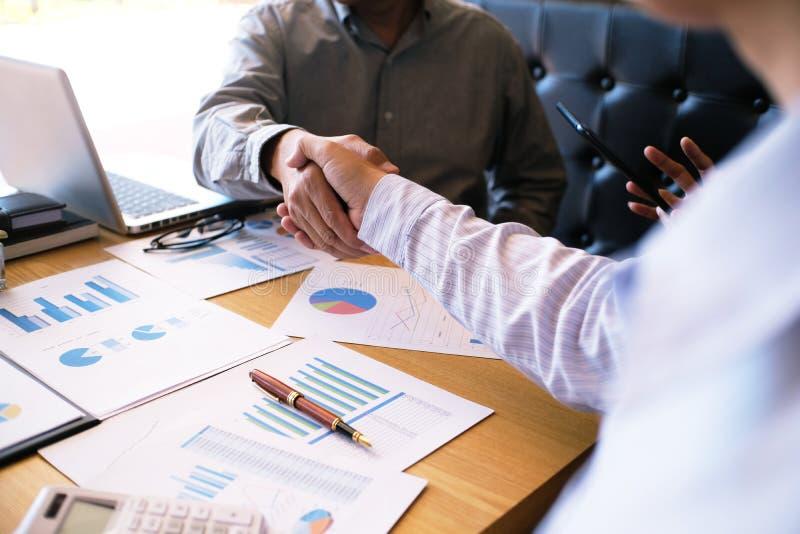 Wizerunek biznesowy obsługuje uścisk dłoni Biznesowy partnerstwa spotykać conc obrazy stock