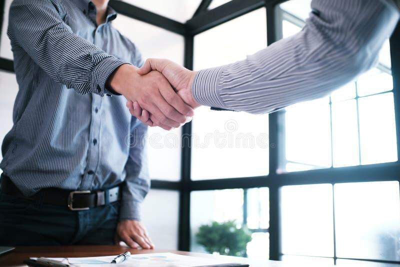 Wizerunek biznesowy obsługuje uścisk dłoni Biznesowy partnerstwa spotykać conc obraz stock