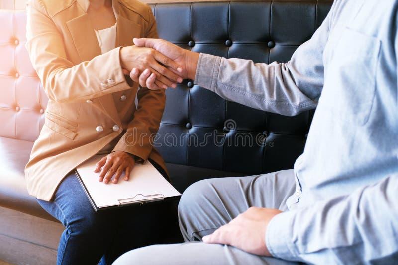 Wizerunek biznesowy obsługuje uścisk dłoni Biznesowy partnerstwo spotyka pomyślnego pojęcie zdjęcie royalty free