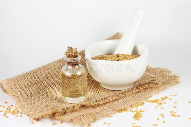 Wizerunek butelka z olejem i flaxseed w moździerzu obrazy royalty free