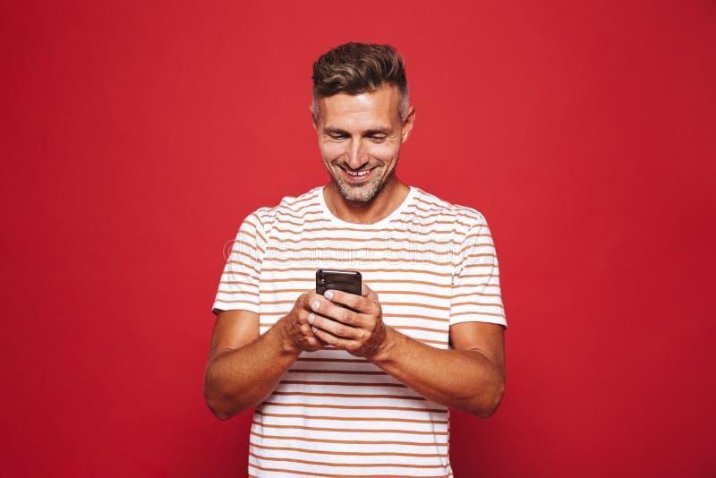 Wizerunek caucasian mężczyzna uśmiecha się mo i trzyma w pasiastej koszulce obrazy royalty free