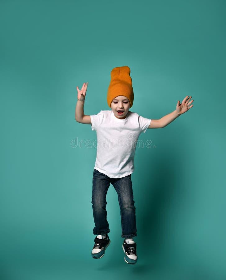 Wizerunek chłopiec dziecka doskakiwanie odizolowywający nad zielonym tłem obrazy stock