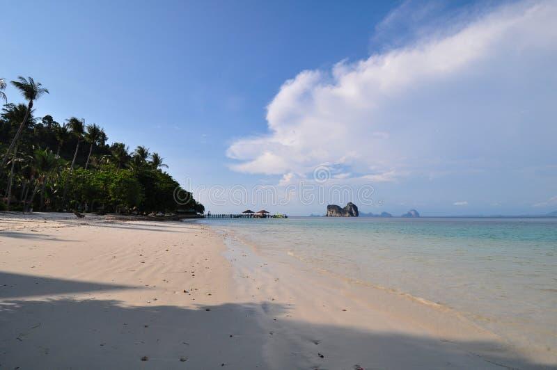 Wizerunek daleka Tajlandia tropikalna wyspa z głębokimi niebieskimi niebami, kryształ - jasny nawadnia, attap budy i kokosowi drz obraz stock