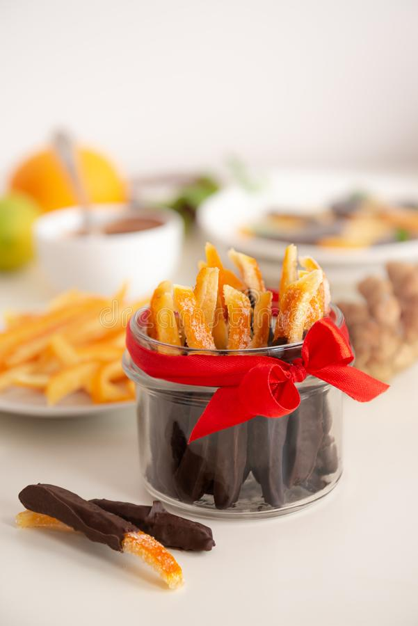 Wizerunek domowej skórki z pomarańczy, niektóre kawałki zanurzone w czekoladzie zdjęcie royalty free