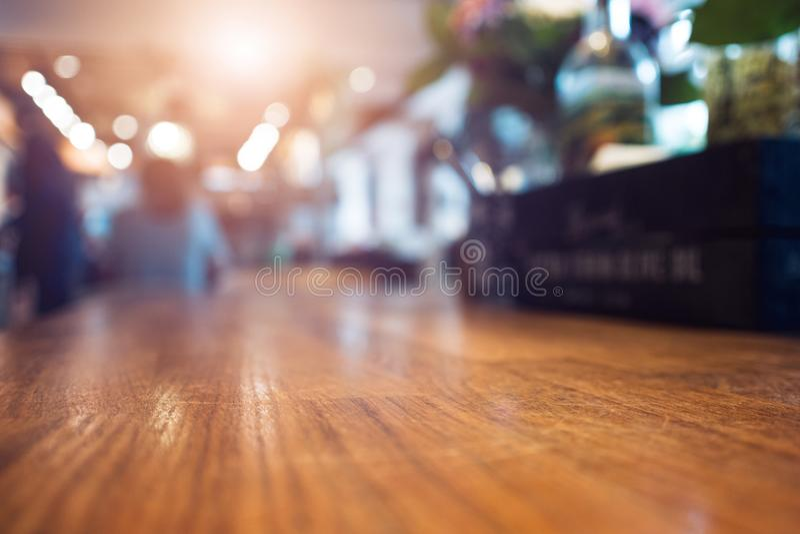 Wizerunek drewniany stół i abstrakt zamazywał tło restauracja, miejsce dla twój projekta obraz royalty free