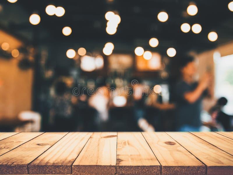 Wizerunek drewniany stół przed abstraktem zamazywał restauracyjnego li zdjęcie royalty free