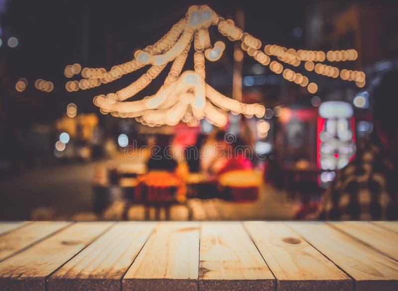Wizerunek drewniany stół przed abstraktem zamazywał restauracyjnego li zdjęcia royalty free