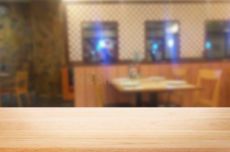 wizerunek drewniany stół przed abstraktem zamazywał tło zdjęcia stock
